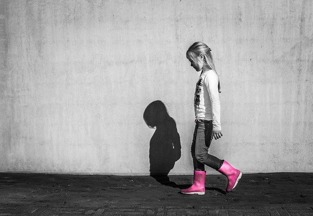 Dievča, ružové gumáky