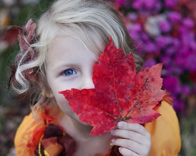 Malé dievča, jesenný list