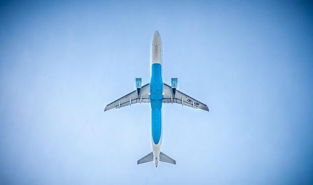 Modré lietadlo letiace na modrej oblohe.jpg