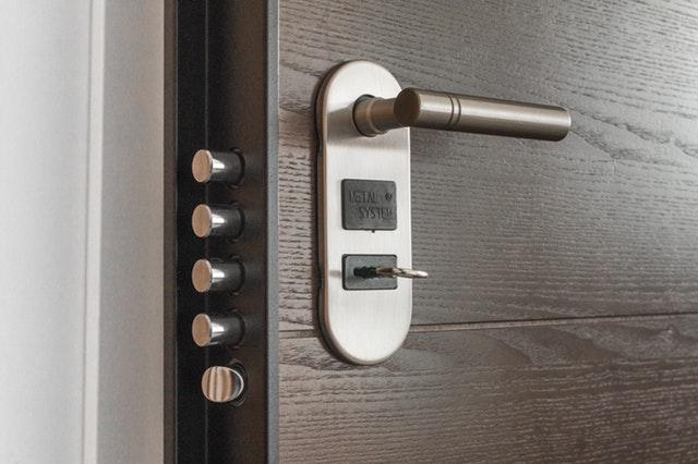 Hnedé dvere s bezpečnostným zámkom