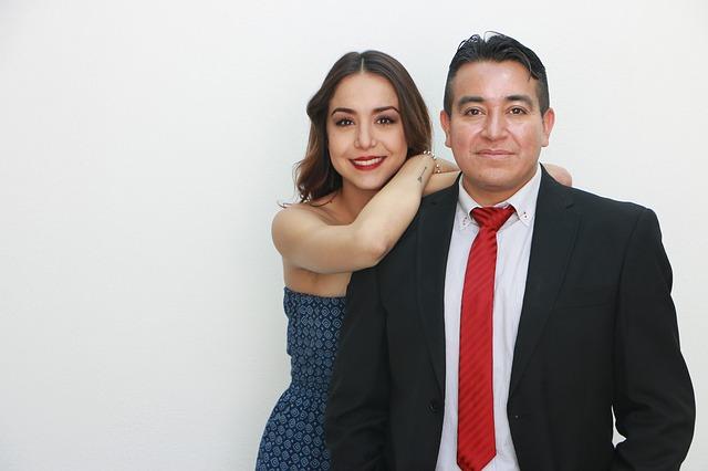 Muž v obleku a žena v šatách
