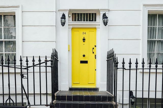 Chody pred bielym domom so žltými dvermi.jpg
