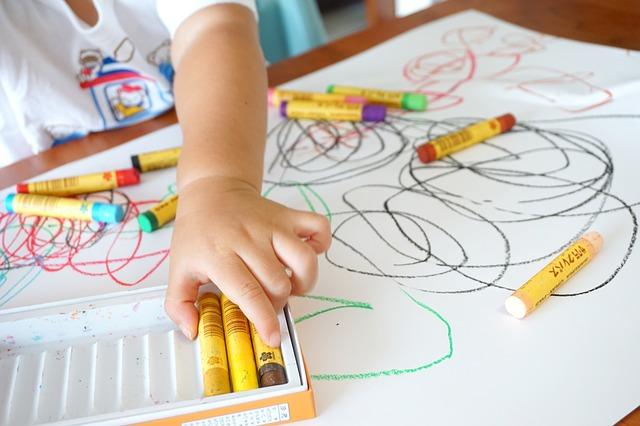 Čo robiť, ak je za piatimi minútami ticha krém, ceruzky, či voskové farbičky?