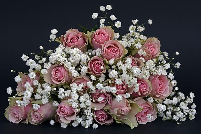 Svadobná kytica z ruží a bielych kvetov na čiernom pozadí
