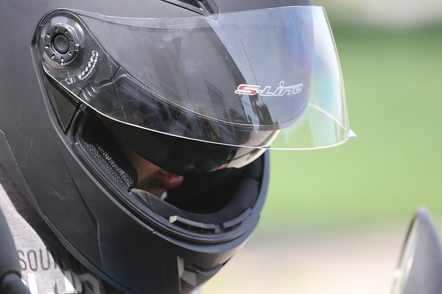 Motorkár s moto helmou na hlave