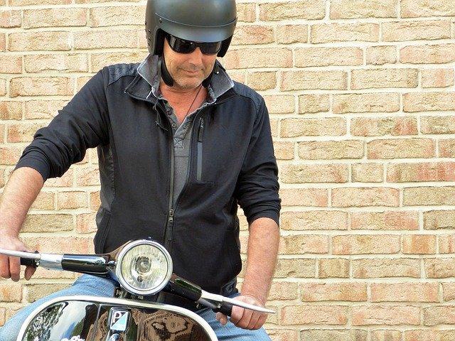 Muž s motorkou, skúter