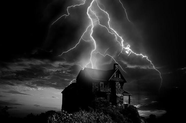 Rodinný dom nad ktorým udierajú blesky.jpg