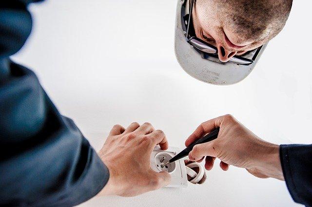 Elektrikár skúša skúšačkou elektrickú zástrčku.jpg