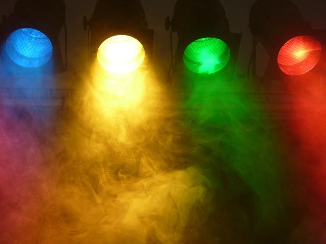 Reflektory rôznych farieb na strope